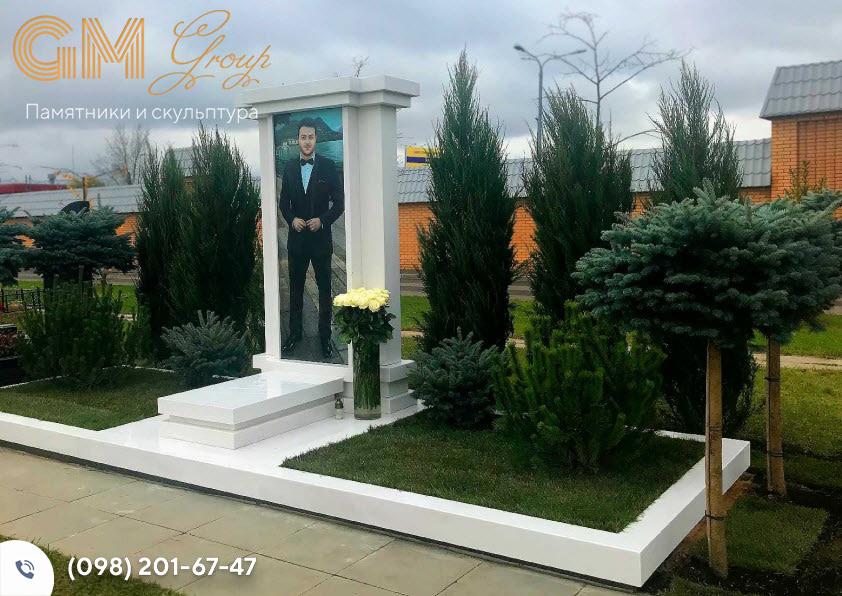 Мраморный памятник с портретом в полный рост