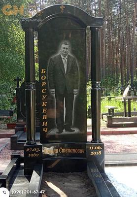 Памятник мужчине из черного гранит с портретом в полный рост №3271