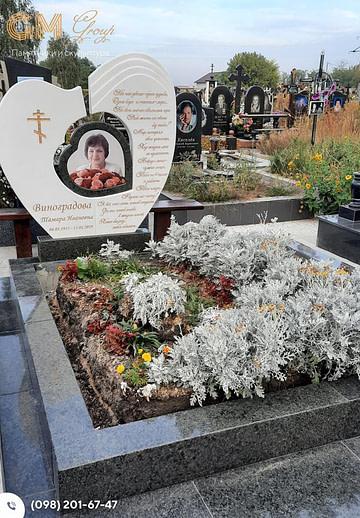 Комбинированный памятник женщине из гранита и мрамора в виде сердца PF-10