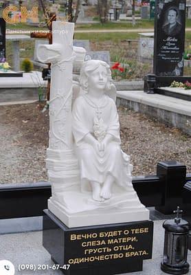Детский памятник со скульптурой ангела и крестом