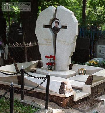 Мраморный памятник с крестом №84