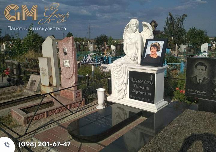 Памятник женщине со скульптурой ангела на тумбе PF-16