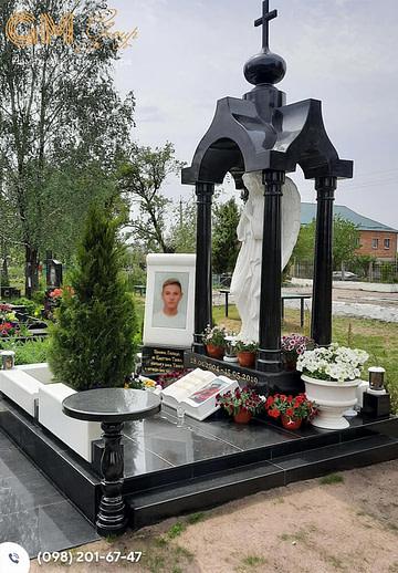 Памятник мужчине из гранита и мрамора со скульптурой ангела №1276