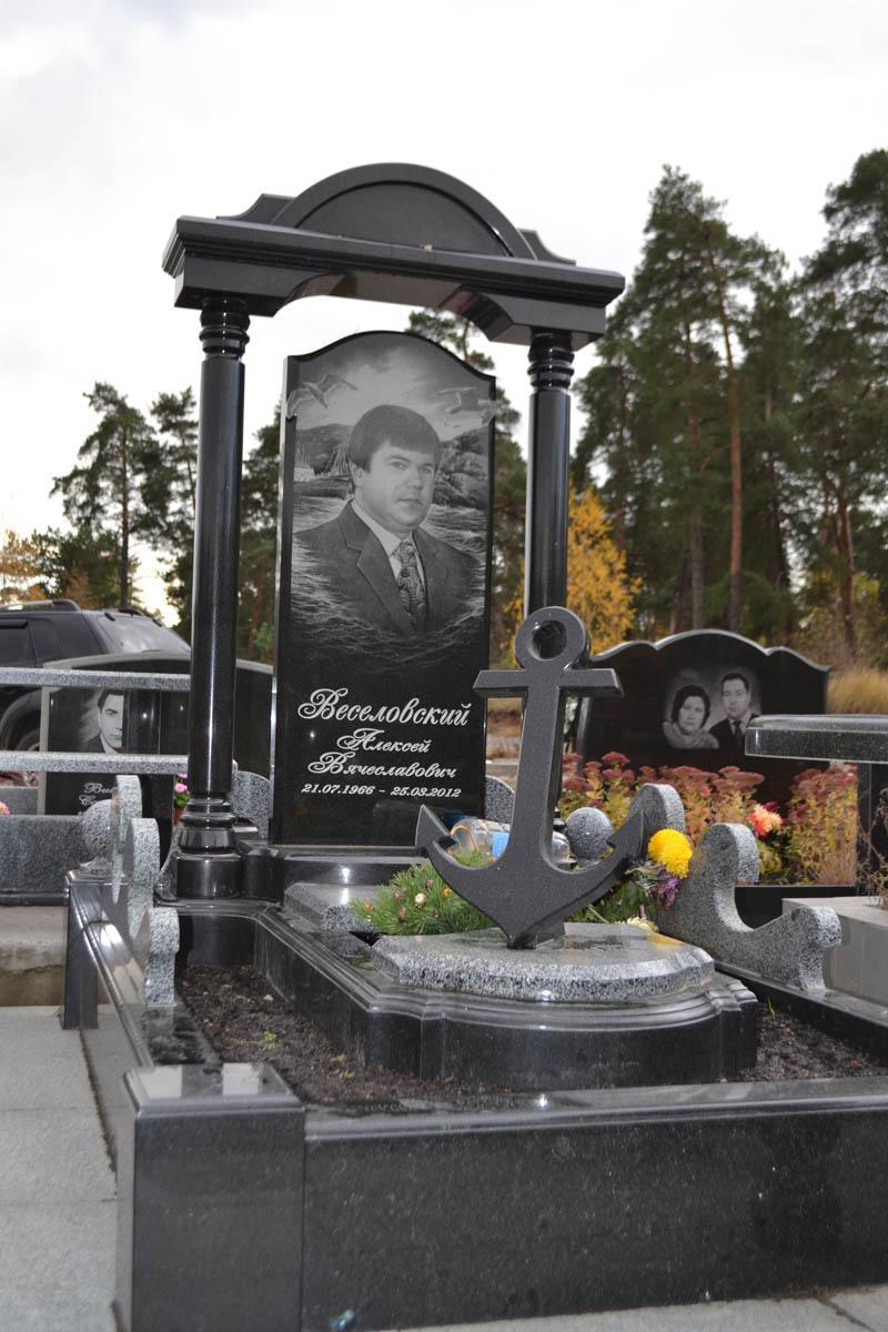 Гранитный памятник мужчине с аркой №93