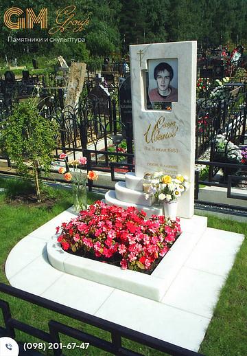 Мраморный памятник мужчине с цветным портретом