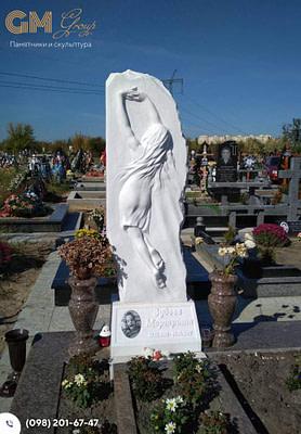 Памятник женщине из мрамора с барельефом в стеле PF-15