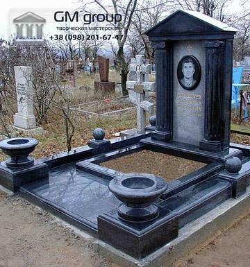 Памятник мужчине из черного гранита №108
