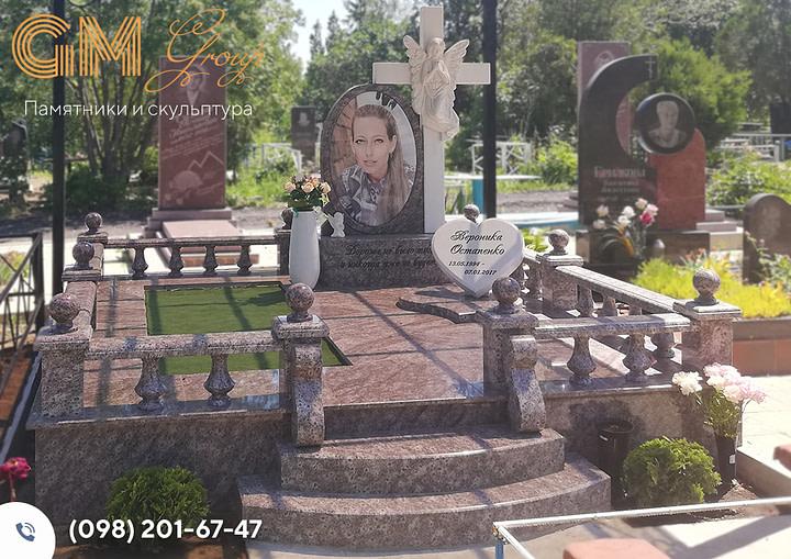 Памятник женщине из красного гранита «гранат» PF-22