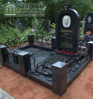 Памятник мужчине из черного гранита бюст №107