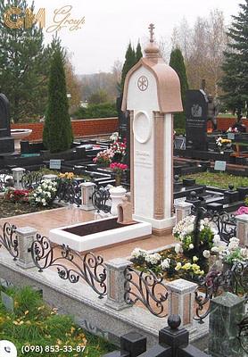 Памятник из мрамора женщине с аркой и колонами