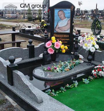 Памятник мужчине из черного гранита №110