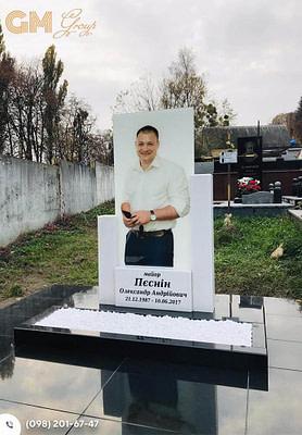 Гранитный памятник мужчине с цветным портретом №2867