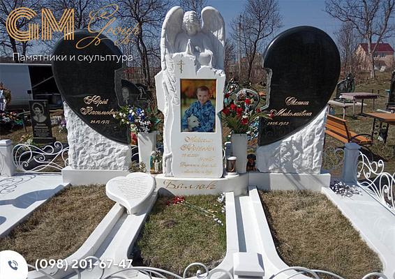 Памятник на могилу в виде сердца из гранита и мрамора с ангелом PF-20