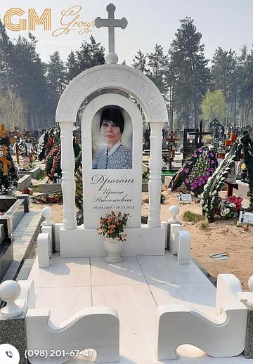 Памятник женщине из мрамора с колонами и аркой PF-21