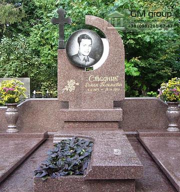 Памятник из красного гранита мужчине №89