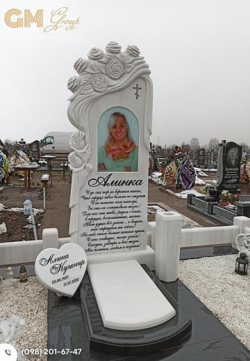 Памятник женщине с мраморной стелой и цветным портретом PF-9