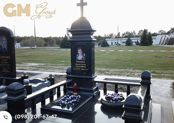 Памятник женщине из черного гранита PF-17