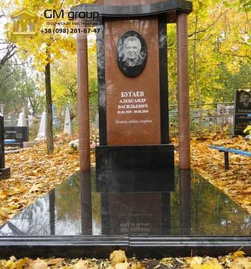 Памятник мужчине из красного гранита №109