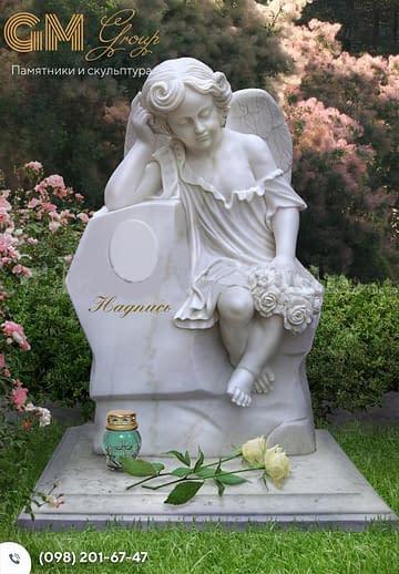 Детский памятник барельеф ангела и стелой из мрамора